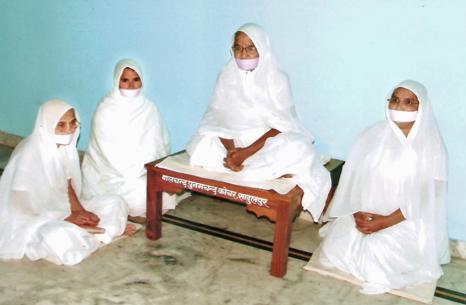 Female Śvētāmbara followers, image courtesy of http://www.herenow4u.net.