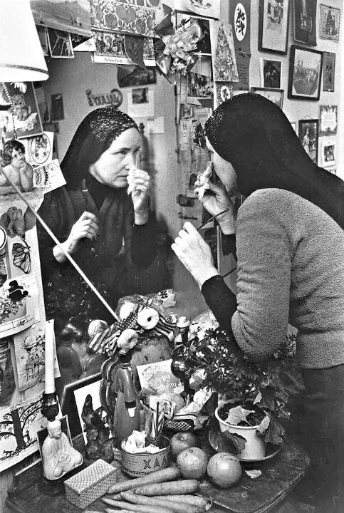 Little Edie applies her make-up at Grey Gardens, 1976.